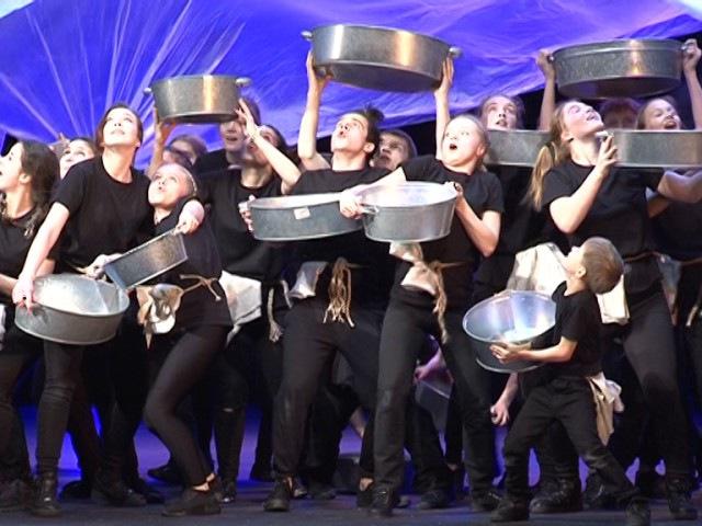 Танец с тазами из спектакля Жить на Севере новосибирской студии К.Хабенского
