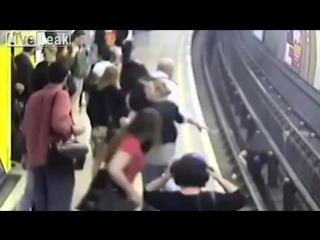 Фанат толкнул на рельсы мужчину