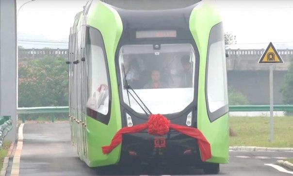 В Китае показали первый трамвай, передвигающийся по виртуальным рельса