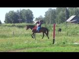 Маша учится управлять лошадью. Пока вместе с тренером