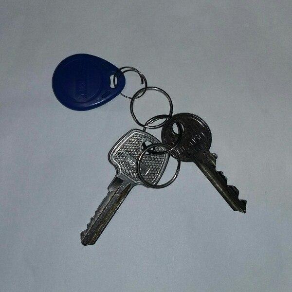 Сегодня, 12.01.2017, были найдены ключи на остановке Спутник. Обращайт