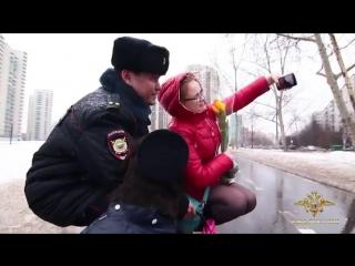 По всей стране полицейские вручают женщинам цветы, делясь радостью и хорошим настроением