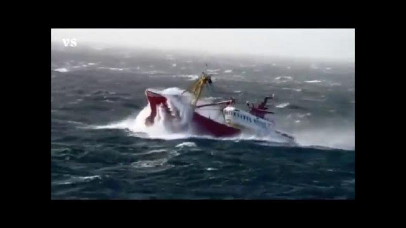 Рыболовные суда в шторм