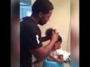 Папа решил завязать своей дочери волосы но что то пошло не