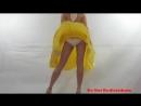 Ветер поднял желтую юбку Ветер под юбкой skirt windy Под юбкой апскирт классной попки Засвет трусиков под юбкой Upskirt pa