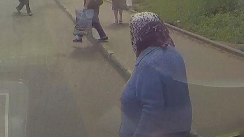 Водитель грузовика сносит бабушку на пешеходном переходе
