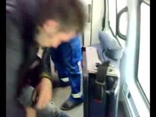 Нарик бьется головой в скорой помощи