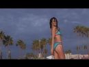 Красивая стройная девушка в купальнике на пляже. Не секс sex, не порно porno.
