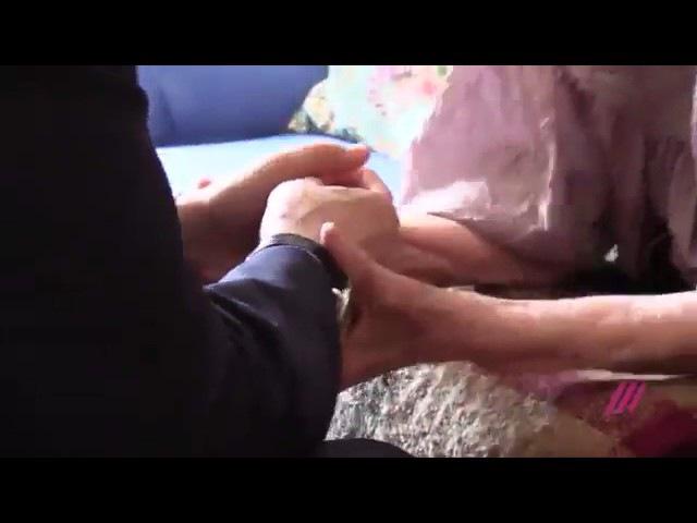 Людмила Алексеева целует Путину руки