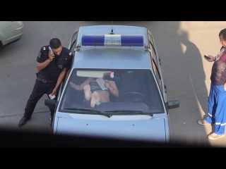 Сила женских ног / Drunk Woman Breaks Police Car Windshield with Bare Feet