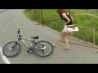 Девушка на велосипеде потеряла юбку.