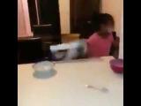 Смешные видео [1132]: Когда младшая сестра не оставила хлопьев