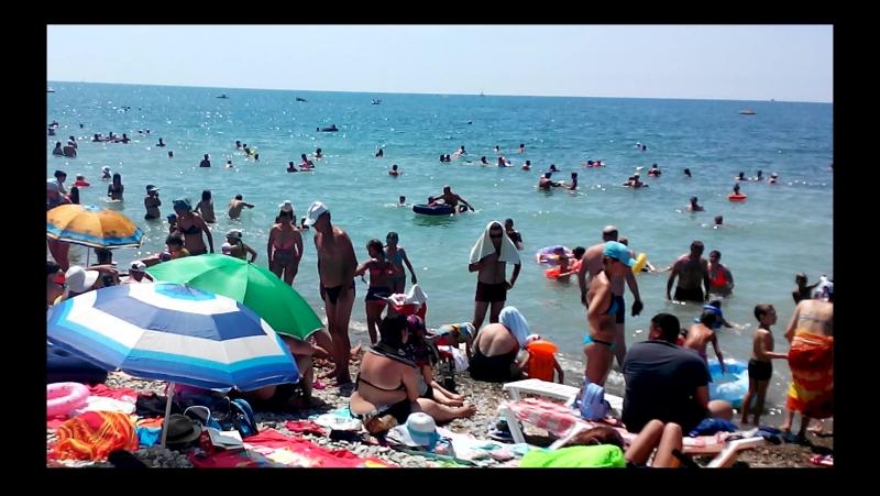 На пляже в Архипо - Осиповке 13 июля 2017 года. Море потеплело и народ потянулся на пляж.