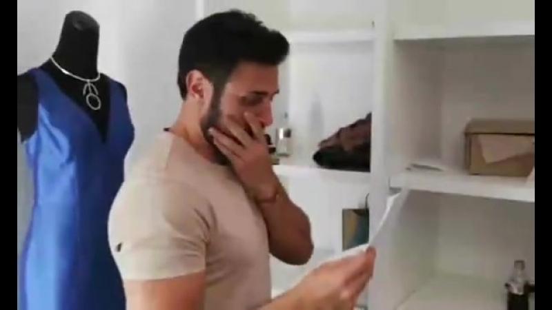Карлос Ферро примеряет гардероб для своего героя