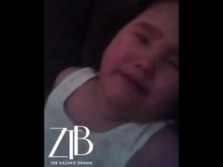 Мать избивает свою дочь, чтобы шантажировать бывшего
