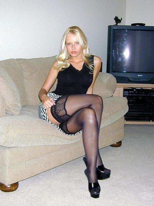 Блондинки в мини юбках - фото №200