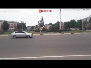 В Тамбове установили и украсили новогоднюю елку за полгода до Нового года