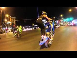 Девушка гоняет по Лас-Вегас на заднем колесе.The girl on the rear wheel rides in Las Vegas.