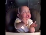 Смешной малыш кушает