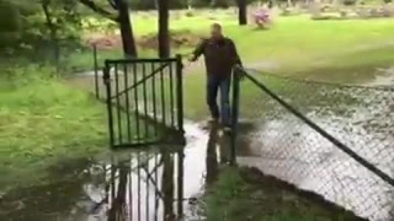 Мужчина попытался перепрыгнуть лужу