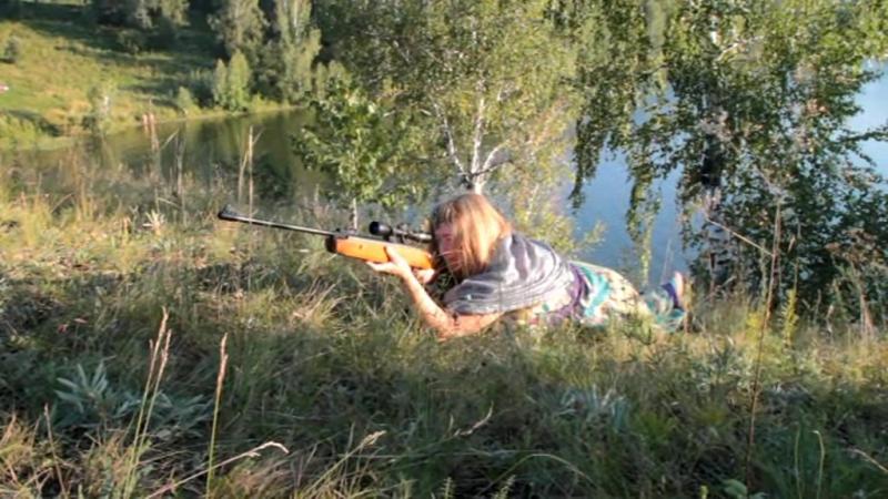 Самый лучший учитель по стрельбе собственный МУЖ 😊 Чтоб жена научилась стрелять приходится побыть мишенью