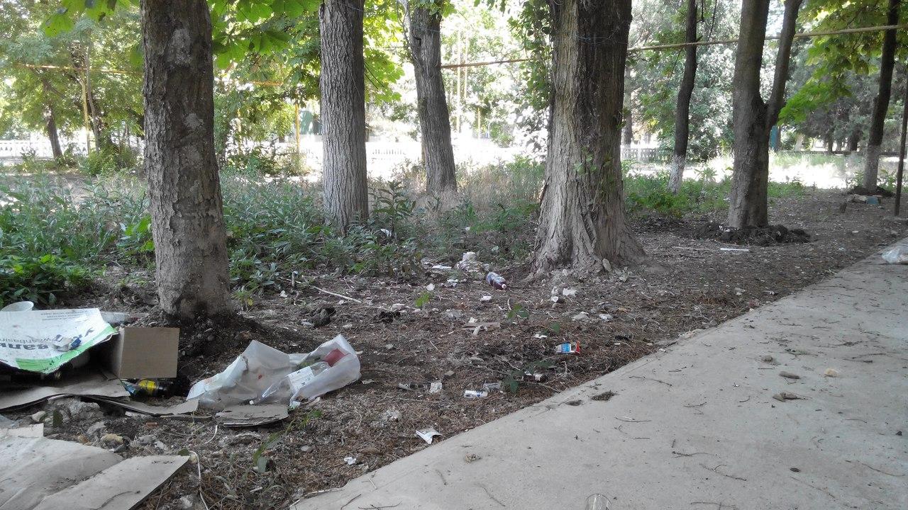 Жители Иванищева жалуются на приезжих рабочих за мусор во дворах