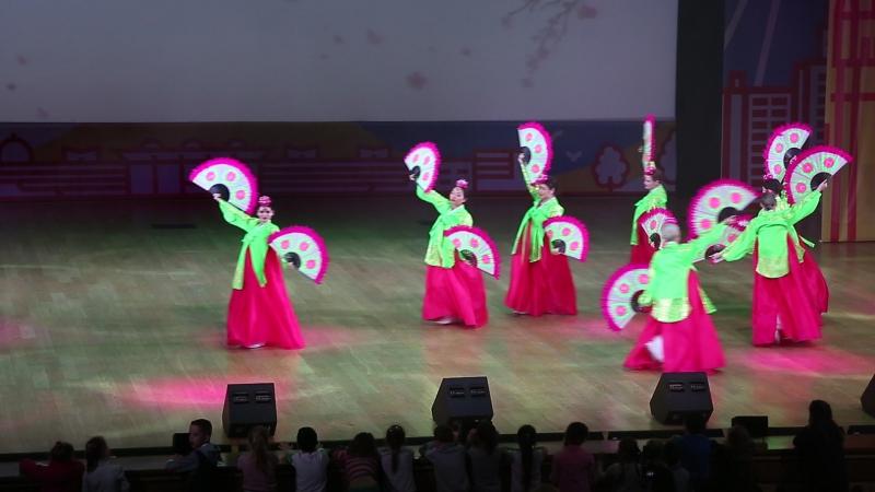 Танец с веерами на концерте в Московском дворце пионеров
