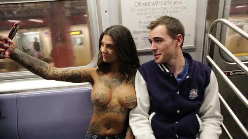 Bonnie Rotten Walks Topless Inked Girl Brunette Tatto Slut Pornstar Голая порнозвезда топлес гуляет по городу и делает селфи Тян