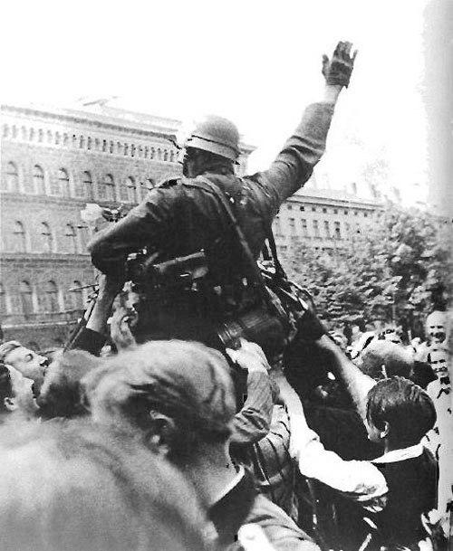 Немецкую армию с восторгом встречают в Риге, 2 июля 1941 года