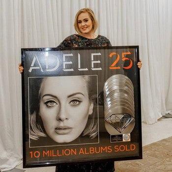 Адель вручили «бриллиантовый» сертификат за «25».