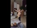 Трёхлетний мальчик подражает гитаристу AC/DC
