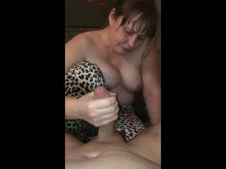 porno-s-mamkoy-v-gostinitse-golaya-devushka-v-krasnom-nizhnem-bele