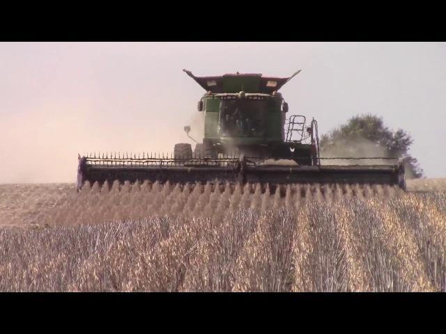 John Deere S690 Harvesting Soybeans