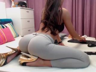 Очень сексуальная девушка показала на камеру свои СИСЬКИ и красивую ПОПОЧКУ
