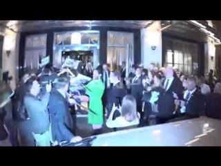 04.08.2016 | Джаред раздает автографы возле отеля Claridges, Лондон, Англия