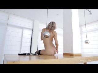 Анна Тату танцует голышом в чёрных кружевных чулках.