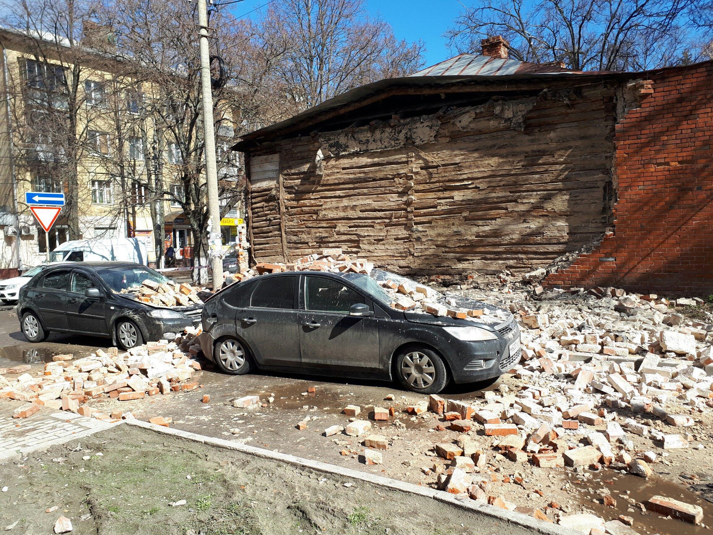 ВКурске наавтомобили обрушилась стена