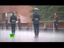 Путин отказался от зонта на церемонии возложения венков к могиле Неизвестного с