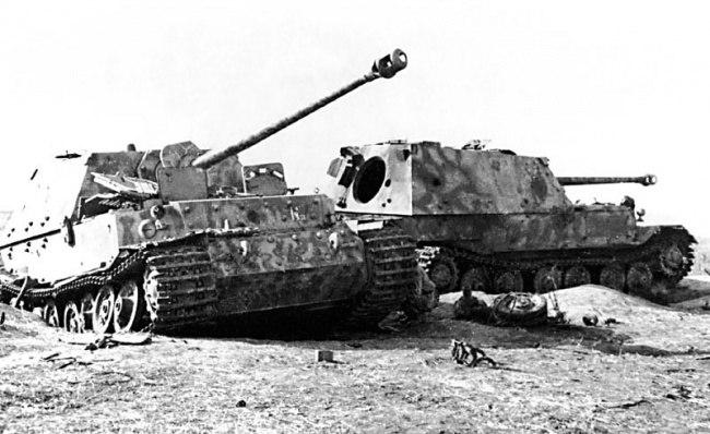 Два подбитых Фердинанда из штабной роты 654 батальона. Район станции Поныри, 15-16 июля 1943 года. Слева штабной «Фердинанд» № II-03. Машина была сожжена бутылками с керосиновой смесью после того, как снарядом у нее повредило ходовую часть