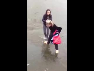 Девки в озере купались