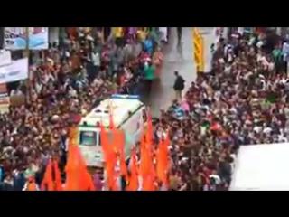Как толпа на фестивале пропускает скорую помощь (Индия)
