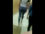 Попа школьницы в джинсах