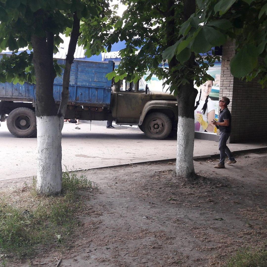 В Таганроге в результате погони пьяный водитель «ЗИЛа» врезался в продуктовый магазин «Дебют»