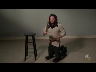Кит Харрингтон косплеит героев Игры Престолов.