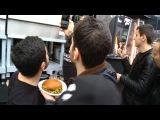 Тимати готовит бургеры на улице!