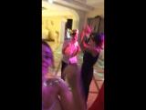 Танцуют локтями все!
