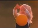 девочка играет с мячиком