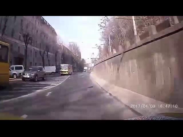 04 04 2017 Вул Сахарова колесо в маршрутці під час руху розірвало