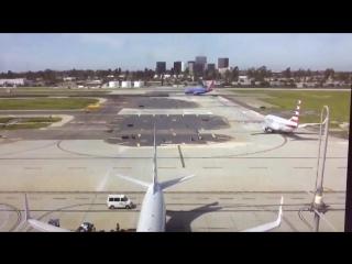 Самолет Харрисона Форда чуть не приземлился на Боинг