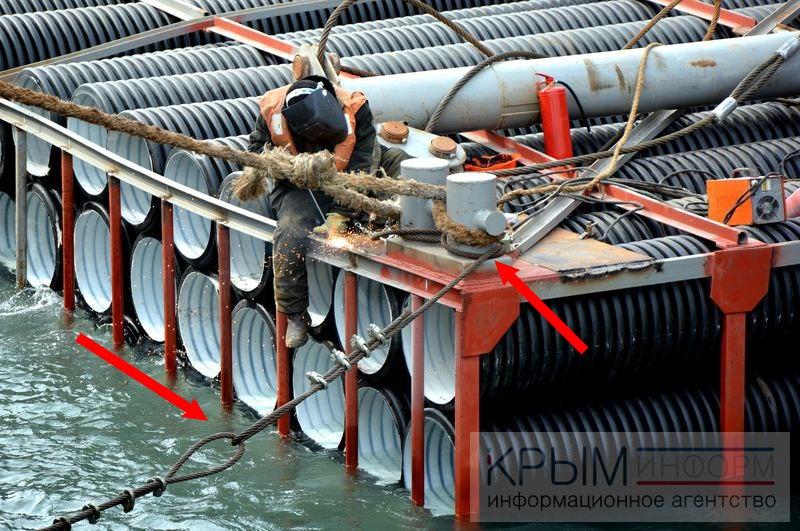 Штормом прибило к берегу десятки труб со стройки Керченского моста - Цензор.НЕТ 6720